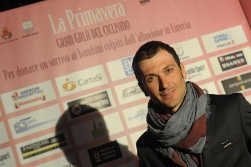 Ivan Basso cade ancora, botta al ginocchio