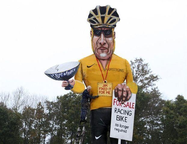 Lance Armstrong in legno da 9 metri sarà bruciato in Inghilterra