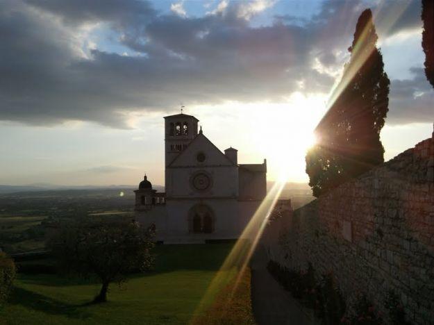 La luce di Assisi e lo spettacolo della velocità al Giro 2012