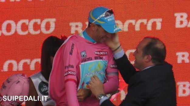 Vincenzo Nibali veste la maglia rosa