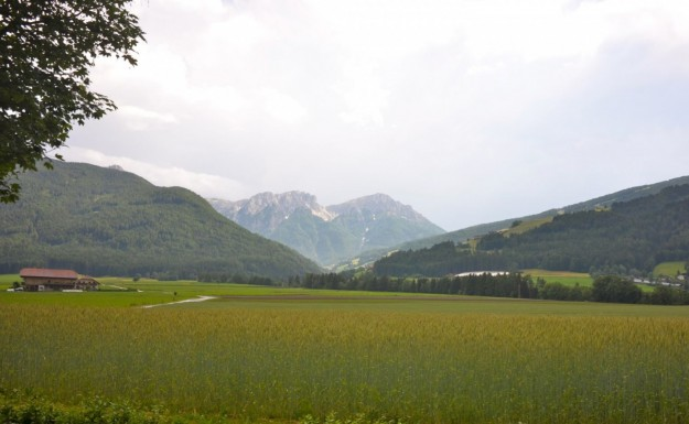 Montagne e cielo chiaro