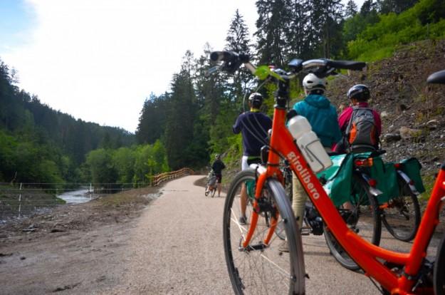 Bici arancione Girolibero nel bosco